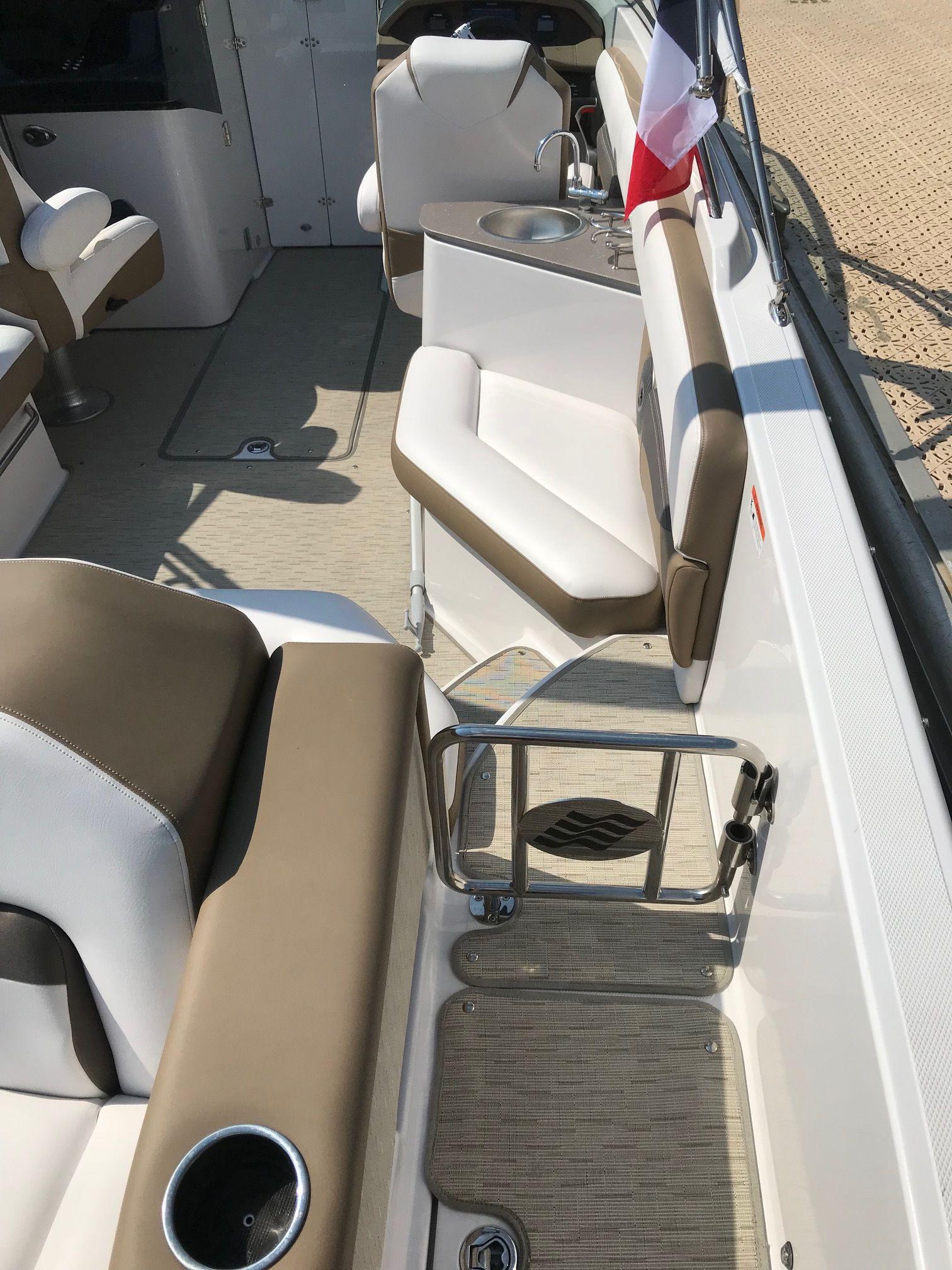 Bateau four winns hd270 luxe location la journ e furious nautisme for Location luxe